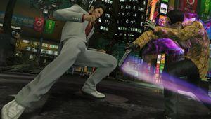 Two men fighting on the street in Yakuza Kiwami