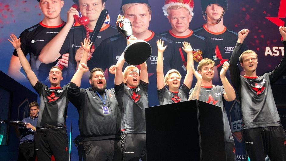 Astralis lifting up the trophy