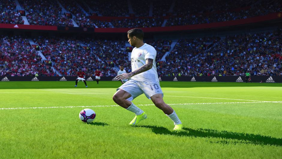 Philippe Coutinho dribbling the ball in eFootball PES 2020