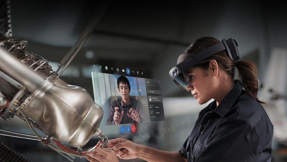 Industry worker usiing MIcrosoft HoloLens 2