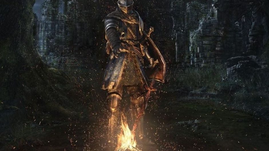 An armoured knight standing in front of a bonfire in Dark Souls: Remastered